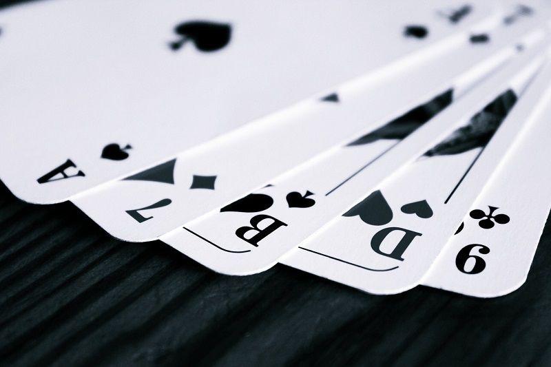 Tiến hành sắp xếp theo quy luật của những quân bài