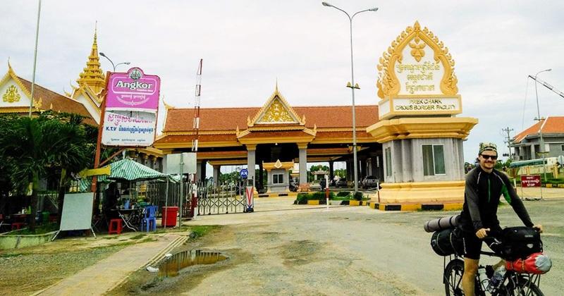 Cửa khẩu Xà Xía (Hà Tiên) nằm ở tọa độ 10°25′40″B 104°27′10″Đ, tại thành phố Hà Tiên, tỉnh Kiên Giang của Việt Nam